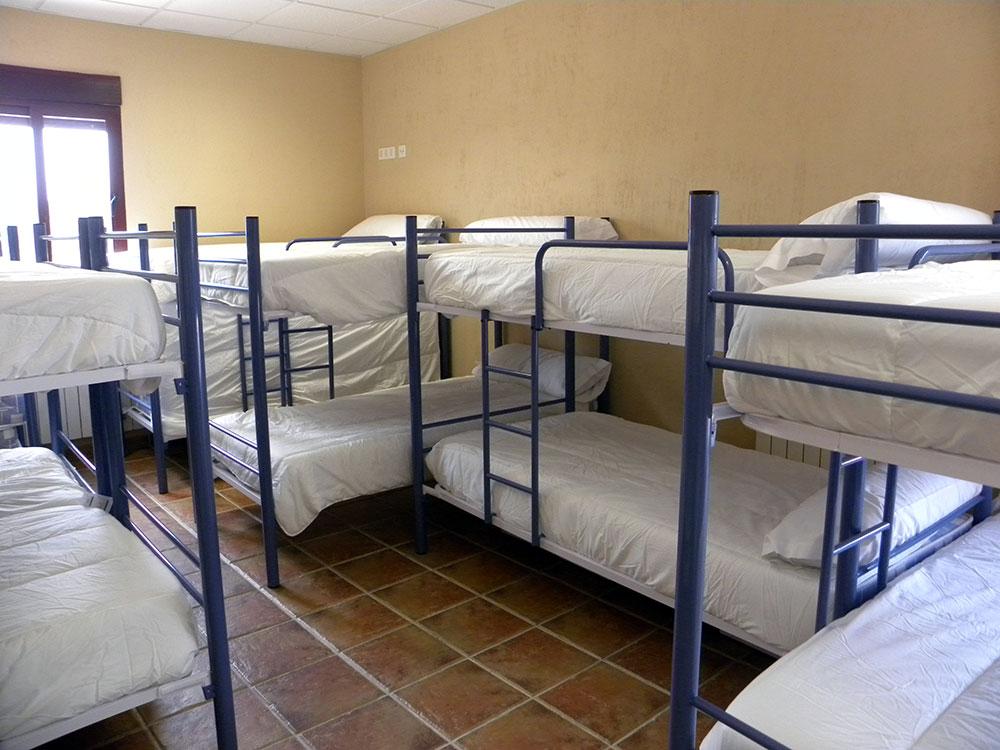 Habitación múltiple del albergue Las Lomas de Biar